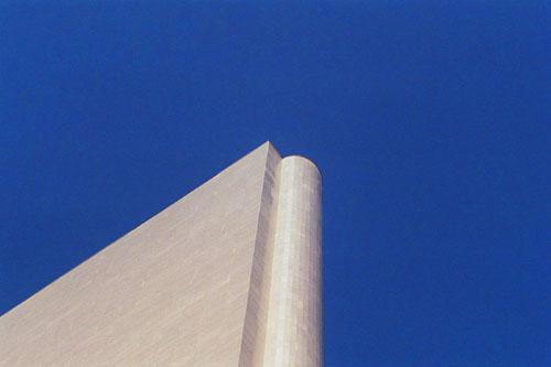 silbernes hochhaus blauer himmel kapstadt